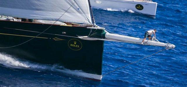 Dimensionen. Der Vorschiffsmann der 214 Fuß `Hetairos´ erscheint auf dem Bugspriet als Winzling. © Rolex / Carlo Borlenghi