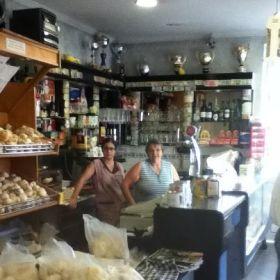 Freundliche Portugiesen in der Bäckerei unterstützen Gabriel, ohne dass er fragen muss. © AG