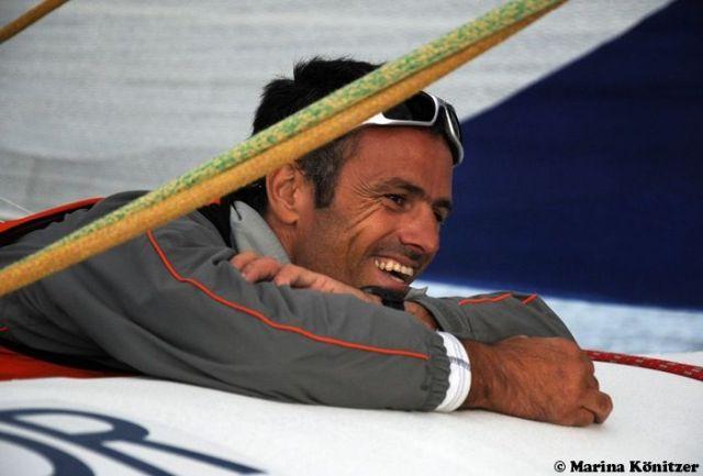 """Franck Cammas amüsiert sich an Bord der """"Race for Water"""". © Marina Könitzer"""