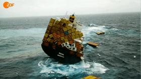 Leichtern auf hoher See. Danach treiben die Container oft tage- und wochenlang durch die See © ZDF Terra Xpress