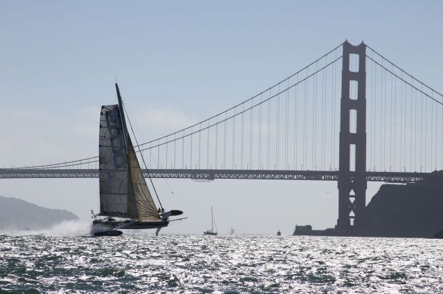 Hydroptère im Stand-by-Modus vor der Golden Gate Bridge © Thomas Lesage
