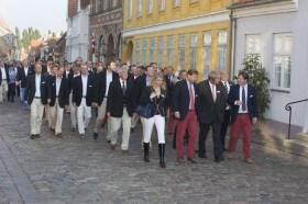 Die 1200 Teilnehmer ziehen traditionell durch Ærøskøbing © stockmaritime.com