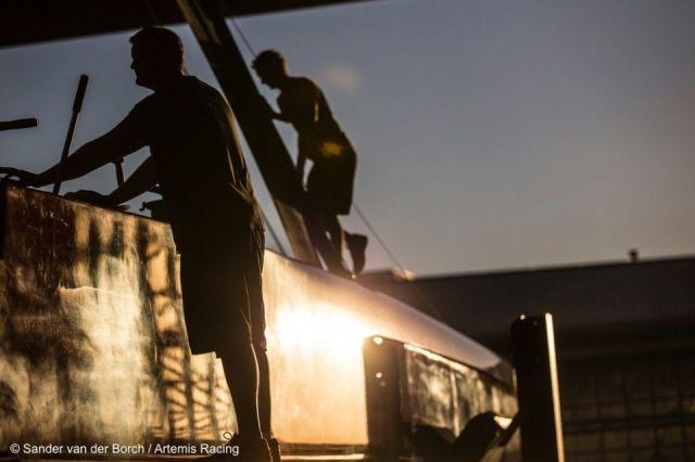 Weitere Land- statt Segel-Arbeit ist beim Artemis Team vonnöten, bevor es sich wieder aufs Wasser traut. © Sander van der Borch / Artemis Racing