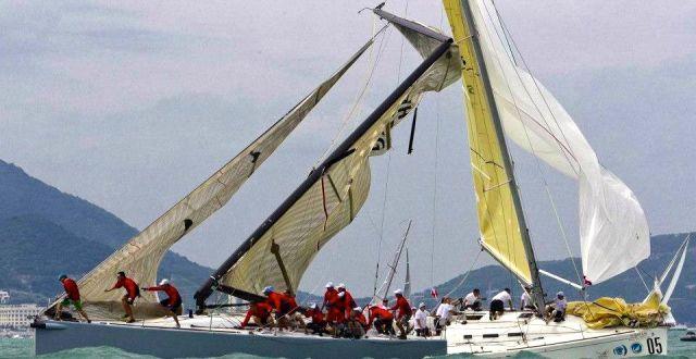 Die kreuzende Yacht scheint mit der Saling im gegnerischen Rigg hängen geblieben zu sein.  © China Cup