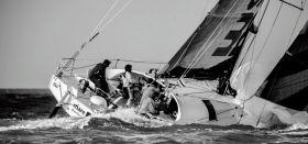 """""""Mare"""" mit einer etwas ungeordneten Tonnenrundung und dem Spi noch auf dem Vordeck aber mit großer Führung. © www.facealamer.fr"""