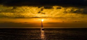 Schöne Farben, wenig Wind beim Rolex Middle Sea Race 2012. © Rolex / Kurt Arrigo