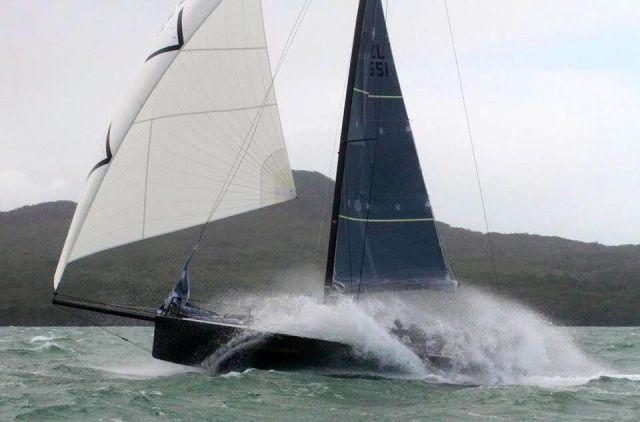 Der Gennaker reißt das Schiff über eine Welle. An Bord wird es feucht.  © Cusader Yachts
