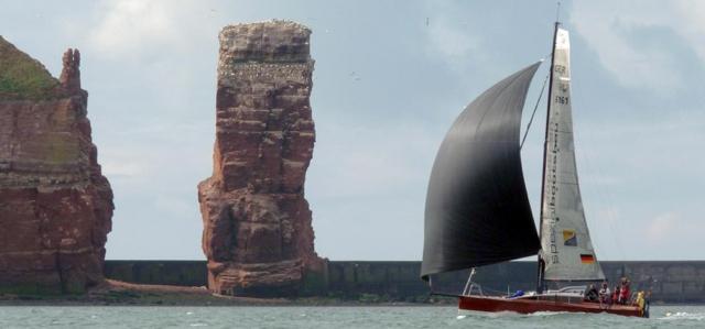 Black Maggy auf Rekordfahrt vor Helgoland © spezialbootsbau