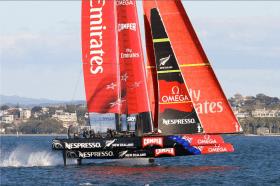 Kann angeblich beim Abheben auch Manöver fahren – AC72 vom Team NZL on the fly © Team Emirates NZL
