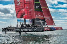 Team New Zealand veröffentlicht am Tag des Oracle Desasters Bilder von seinem Kat, wie er sich aus dem Wasser hebt. © Chris Cameron / Emirates Team New Zealand
