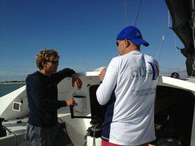 Der 470er Vize Weltmeister Pierre Leboucher (l.) im Gespäch mit Skipper Jörg Riechers. © SegelReporter
