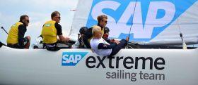 49er Segler Erik Heil (r.) hat schon mal den Extrem 40 vom SAP Team ausprobiert. © STG
