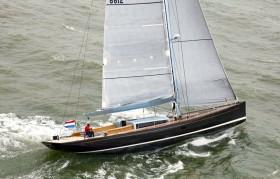 Der Mix machts: Senkrechter Vorsteven und klassisches Yachtheck der Frers Konstruktion.  © K&M Yachtbuilders