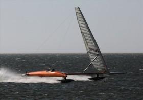 Vestas Sailrocket bei seinem ersten Lauf mit neuem Flügel über 50 Knoten in der Spitze. © Sailrocket