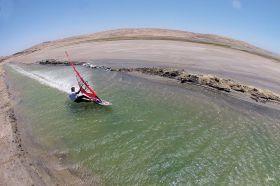 High-Speed Surfer auf dem Kanal in Lüderitz/Namibia. © Eric Bellande