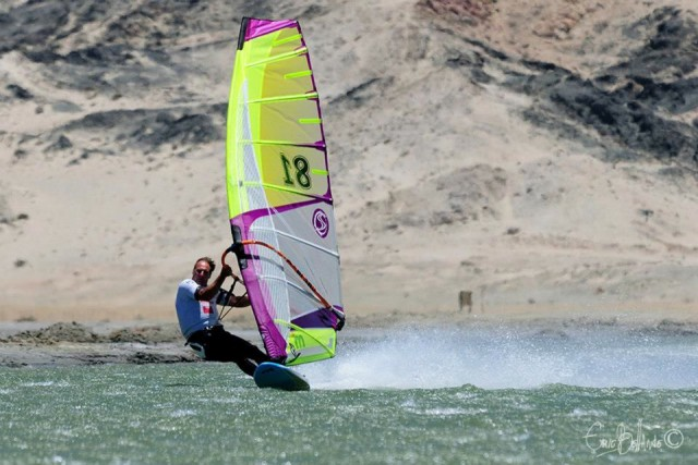 Windsurfer auf seiner Speed-Needle. © Eric Bellande