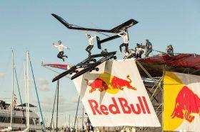 Das Oracle Team stürzt sich mit seinem neuen Katamaran die Red Bull Rampe herunter. © ORACLE TEAM USA / Guilain GRENIER