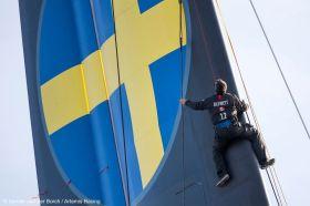 Artemis Mann im Rigg. Die Schweden absolvierten die ersten vorsichtigen Segeltests mit ihrem AC72. © Sander van der Borch