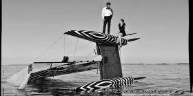 Im Anzug und kleinen Schwarzen auf den Kat. Sail Innovation hat den Hugo Boss `Keel Walk´ aufs Kat-Segeln übersetzt. © Sail Innovation