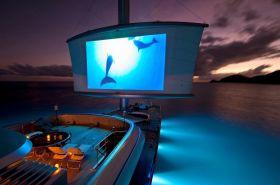 Großes Kino auf dem Vorschiff der `Maltese Falcon´. Das Rahsegel dient als Leinwand. © Maltese Falcon