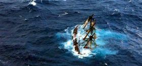 """Die HMS """"Bounty"""" kurz vor dem Untergang nach einer Begegnung mit Wirbelsturm Sandy. © Coastguard"""