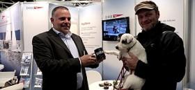 Digger und Polly bekommen auf dem DHH Stand eine 6 Euro Tasse gespendet. © Digger Hamburg