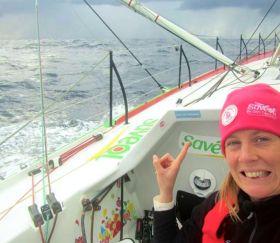 Böse Vorahnung? Samantha Davies deutet auf einem ihrer letzten Bilder von Bord auf ein herannahende Wolken. © Sam Davies/Saveol