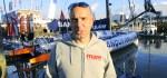 Jörg Riechers auf dem Vendée-Globe-Steg – vor seinem Traumschiff! © miku