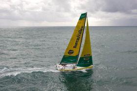 Louis Burton wollte mit Wind von Backbord nach Les Sables d'Olonne segeln und sein kaputtes Want schützen. Aber der Wind hat gedreht. Burton gibt auf. © Jean-Marie Liot / DPPI