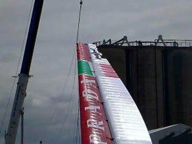 Der beschädigte Luna Rossa Flügel, nachdem in einer Böe gegen den Kran geschlagen war.