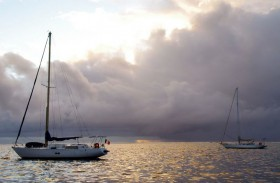 Sehnsüchtiger Blick auf das Südsee-Wasser. Vielleicht verziehen sich für die Eitzingers doch die dunklen Wolken. © Eitzinger