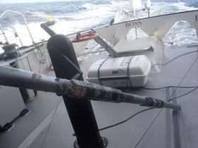 Die geschiente Stange kurz bevor sie der Skipper wieder am Heck einsetzt. © Thomson