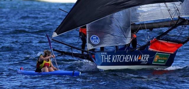 Das Leeboot luvt scharf an und muss den Druck aus dem Vorsegeln nehmen. Die Kanutin gibt Gas. © Frank Quealey