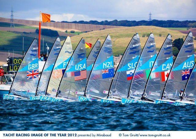 Finn Dinghy Start bei den Olympischen Spielen in Weymouth. Jury-Mitglied Ben Ainslie mag ein Befürworter gewesen sein :-) © Tom Gurrit