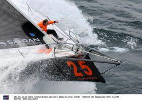 "Marc Guillemots wilder Ritt auf dem ""Safran""-Vorschiff. © FRANCOIS VAN MALLEGHEM / DPPI"