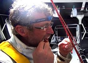 Bernhard Stamm verpasst sich bei der Vendée Globe im bockenden Schiff eine Zahnfüllung. © Bernard Stamm / Cheminées Poujoulat / Vendée Globe