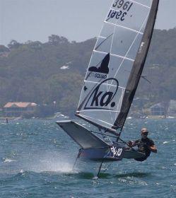 Der 49er Silbermedaillen-Gewinner Peter Burling mit der Moth