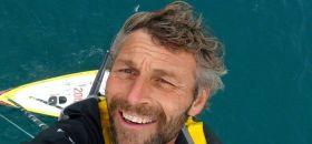 Bernard Stamm im Mast auf seinem Ankerplatz vor Neuseeland