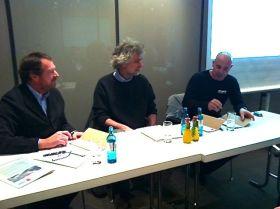 Jörg Riechers unterzeichnet in Düsseldorf neben Nikolaus Gelpcke die Meldung für das Barcelona World Race
