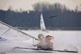 Anja Fiedler fliegt auf dem Saaler Bodden das Rigg weg.