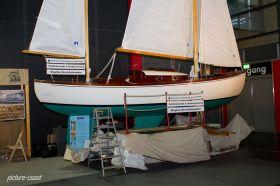 Kleine Holzboote stehen im Blickpunkt