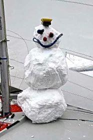 Schneemann auf dem 470er Vordeck.