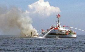 """Der Seenotkreuzer """"Bremen"""" bei der Brandbekämpfung"""