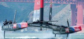 Emirates Team New Zealand vor der Golden Gate Brücke.