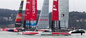 Kurz nach dem Start der entscheidende Unterschied. Team New Zealand auf Foils und Luna Rossa nicht. © Luna Rossa