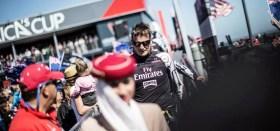 Dean Barker bei der dock out show immer begleitet von einer Emirates Mitarbeiterin. Das macht offensichtlich gute Laune. ©ACEA/PHOTO BALAZS GARDI