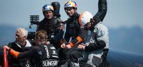 Oracle Strategie-Besprechung vor dem sechsten Rennen. Mit dabei Coach Philippe Presti (l.) und ex Alinghi Navigator Juan Vila (o.l.). neben Ben Ainslie. © ACEA / RICARDO PINTO