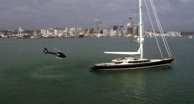 Segelyacht mit Hubschrauber als Beiboot