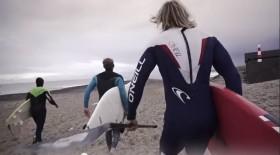 Es gibt kein Halten mehr, die Wellen sind perfek. Der Sprint über den Strand verkürzt die Zeit bis die erste Welle abgesurft wird © Cold Hawaii