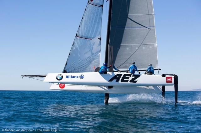 Luv-Foil hochgezogen, Lee-Foil sorgt für Auftrieb, T-Ruder hält das Boot stabil © Sander van der Borch